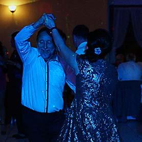 Romanticky tanec pri svieckach.
