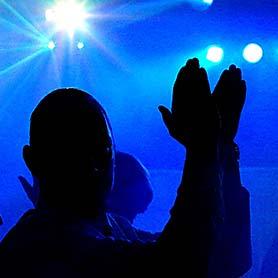 Hudba DJ Pitoczky - svetelné efekty, siluety tanecníkov.