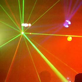 Hudba DJ Pitoczky - svetelné efekty zelenej a cervenej farby.