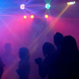 Hudba DJ Pitoczky - svetelné efekty a siluety ludi na tanecnom parkete.