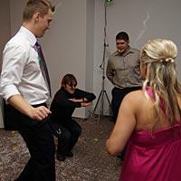 Svadobný DJ, aj kameraman vie tancovať.
