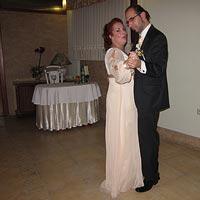 Úvodný tanec novomanželov pri sprievode hudbou od DJ Pitoczký.