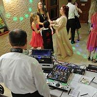 DJ na svadbu Pitoczky zabáva svadobčanov.