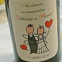 Svadobný darček - vínko od mladomanželov.
