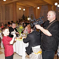 DJ Hudba na svadbu a kameraman na svadbu.