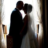 Svadobná fotografia - bozk pri okne - Betliar 2013.