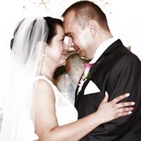 Svadobná fotografia - Objatie a úsmev.