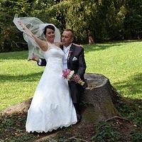 Svadobná fotografia šantenie pri starom pni - park kaštieľ Betliar 2013.
