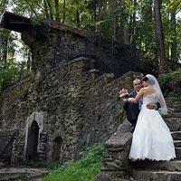 Svadobná fotografia Staré schody v záhrade - park kaštieľ Betliar 2013.