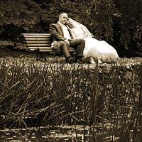 Svadobná fotografia V parku na lavičke - park kaštieľ Betliar 2013.