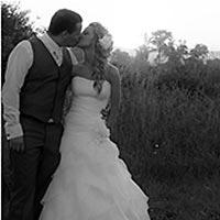 Svadobné fotky pri autobuse.