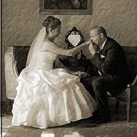 Svadobné foto - kaštieľ Budimír. Bozk pri stole s romantyckým obrazom v pozadí.