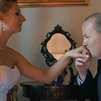 Svadobné foto Bozk ruky nevesty - kaštieľ Budimír.