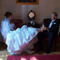 Svadobné foto Ihranie sa za stolom - kaštieľ Budimír.