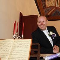 Svadobné foto Hranie na klavíri - kaštieľ Budimír.