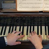 Svadobné foto Hranie na klavíri vo dvojici - kaštieľ Budimír.
