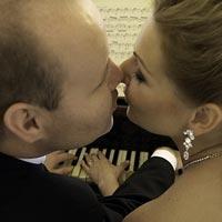 Svadobné foto Bozk za klavírom - kaštieľ Budimír.