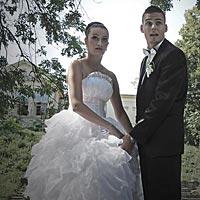 Humorné svadobné foto z parku Barca v Košiciach.