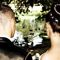 Romantické svadobné foto v parku.
