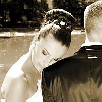 Romantické svadobné foto v parku pri jazierku.