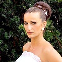 Nevesta, svadobný účes a pekné svadobné šaty.