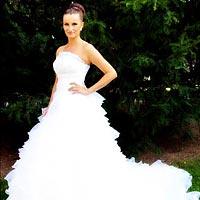 Pekné svadobné šaty s dlhým závojom.