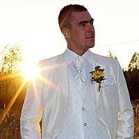 Svadobné foto portrét pri západe slnka, pekný svadobný oblek pre ženícha.