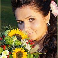 Svadobná fotka - prtrét nevesty, pekný svadobný kvet, účes nevesty s ružou vo vlasoch.