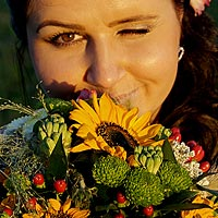 Svadobná fotografia, portrét nevesty s šibalským pohľadom, pekná svadobná kytica.