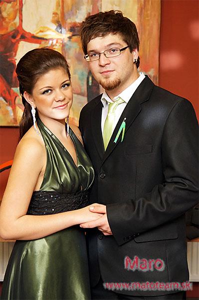 Stužková maturita, fotografia spolu dvaja, stužková šaty.