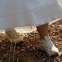 Romantická svadoba foto - nevesta v teniskách.