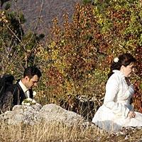 Romantické svadobné foto - výstup na Turnianský hrad.