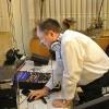 DJ Pitoczky produkuje hudbu na svadbu za mixovacím pultom..