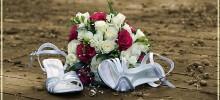 Pekné svadobné topánky s kyticou ruží.